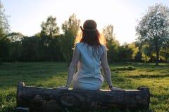 Een meisje op een gang in een de herfstpark Jong roodharig meisje in Royalty-vrije Stock Afbeeldingen