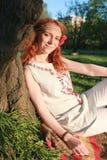 Een meisje op een gang in een de herfstpark Jong roodharig meisje in Stock Afbeeldingen