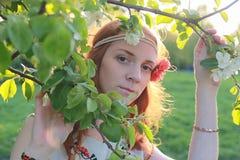 Een meisje op een gang in een de herfstpark Jong roodharig meisje in Stock Foto's