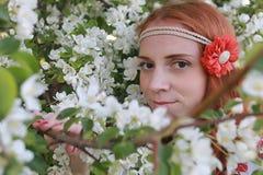 Een meisje op een gang in een de herfstpark Jong roodharig meisje in Stock Foto