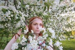 Een meisje op een gang in een de herfstpark Jong roodharig meisje in Royalty-vrije Stock Afbeelding