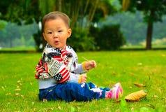 Een meisje op het gazon (Chinees Azië, China,) Stock Foto's