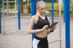 Een meisje in opleiding bekijkt de tablet Royalty-vrije Stock Foto