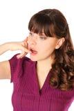 Een meisje roept op haar hand, op de telefoon Royalty-vrije Stock Foto