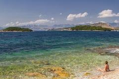 Een meisje rust op het strand van Albani? Ionische overzees royalty-vrije stock afbeeldingen