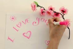 Een meisje schrijft een liefdebekentenis Stock Fotografie