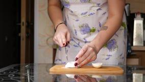 Een meisje snijdt een gekookt ei stock footage