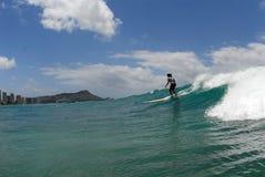 Een meisje surfer stock afbeeldingen