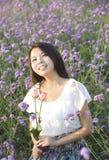 Een meisje in tuin Stock Foto