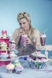 Meisje met cupcakes stock afbeeldingen