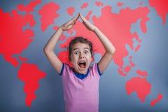 Een meisje van zeven Europees droevig verschijningsbrunette stock foto's