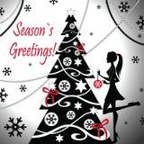 Een meisje verfraait Kerstboom Stock Foto's