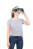 Een meisje in VR-glazen van virtuele werkelijkheid, dat op een witte achtergrond wordt geïsoleerd Een concept technologie, vergro Royalty-vrije Stock Foto's