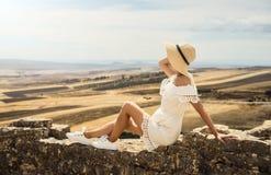 Een meisje in een witte kleding bekijkt een weide Reis, rust, vakantie tunesië Stock Fotografie
