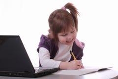 Een meisje zit dichtbij laptop Stock Foto's