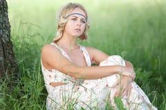Een meisje zit in een boom royalty-vrije stock fotografie