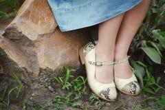 Een meisje zit in mooie nieuwe schoenen Stock Foto's