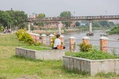 Een Meisjeslezing bij de Vreedzame Plaats of het Park dichtbij de Rivier stock afbeeldingen
