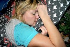 Een meisjesslaap in bed royalty-vrije stock afbeelding