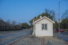 Een melkachtig wit huis in Hexi-Rivieroeverpark stock afbeeldingen