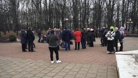 Een menigte van mensen danst aan het begeleidingsverschijnsel van de bayan speler in het stadspark tijdens de godsdienstige vakan stock videobeelden