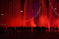 Een menigte van mensen die de fontein bekijken royalty-vrije stock fotografie