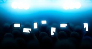 Een menigte van mensen die een overleg op de telefoons schieten Vector illustratie Stock Afbeelding