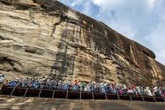 Een menigte van mensen die naar het frescoehol op weg zijn op Sigiriya-Rots in centraal Sri Lanka Royalty-vrije Stock Fotografie