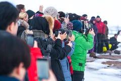 Een menigte van mensen die op Strokkur-geiseruitbarsting wachten Royalty-vrije Stock Fotografie