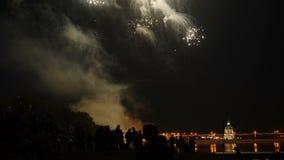 Een menigte van mensen let op kleurrijk vuurwerk en viert stock video