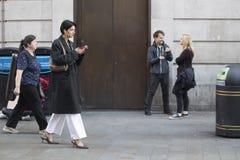Een menigte van mensen loopt langs Oxford Street royalty-vrije stock afbeelding