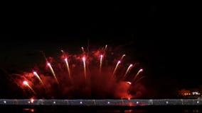 Een menigte van mensen op de brug die op een vuurwerk letten en een vakantie vieren stock videobeelden