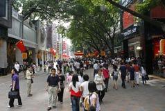 Een menigte van mensen op de het winkelen van Peking Lu straat in Guangzhou stock fotografie
