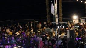Een menigte van mensen op de Onafhankelijkheidsdag van Israël, avond-nacht stock videobeelden
