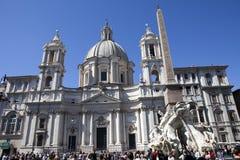 Een menigte van toeristen bezoekt Fontein van de Vier Rivieren vóór Heilige Agnese in Agone op Navon-Vierkant, Rome, Italië op 20 Stock Foto