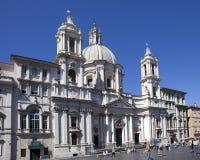 Een menigte van toeristen bezoekt Heilige Agnese in Agone in Piazza Navona, Rome, Italië op 20 September, 2010 in Rome, Italië Stock Afbeeldingen