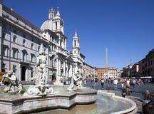 Een menigte van toeristen bezoekt Navon-Vierkant en de Moor's fontein op 20 September, 2010 in Rome, Italië Stock Afbeeldingen