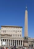 Een menigte van toeristen bezoekt vierkant vóór St Peter Kathedraal, Rome, Italië op 20 September, 2010 in Vatikaan, Rome, Italië Stock Foto's