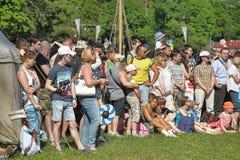 Een menigte van toeschouwers stock afbeeldingen