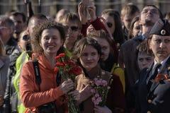 Een menigte van toeschouwers in Victory Parade royalty-vrije stock fotografie