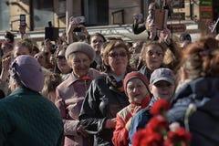 Een menigte van toeschouwers in Victory Parade Stock Foto's