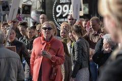 Een menigte van toeschouwers in Victory Parade stock fotografie