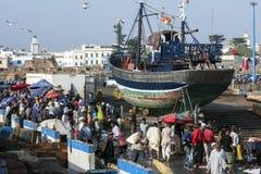 Een menigte verzamelt zich langs het dok van de vissershaven in Essaouira in Marokko in de recente middag royalty-vrije stock fotografie