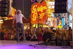Een menigte zingt samen met een band in Las Vegas, 21 Juni, 2013. stock afbeeldingen