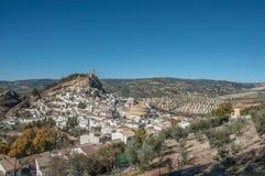 Een mening aan de klip met de kapel over de stad van Montefrio stock foto