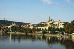 Een mening aan het Kasteel van Praag en de Vltava-Rivier van Svatopluk Cech Bridge Cech Bridge Royalty-vrije Stock Afbeeldingen
