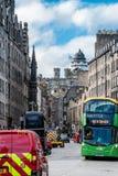 Een mening aan Koninklijke Mijlstraat in Edinburgh Schotland royalty-vrije stock fotografie