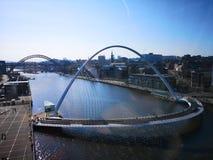 Een mening als de rivier de Tyne met inbegrip van millenniumbrug en Tyne Bridge en quayside stock fotografie