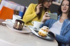 Een mening bij cakes en koffie op de lijst royalty-vrije stock foto's