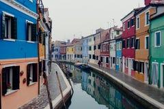 Een mening bij colorfullhuizen van Burano Venetië Stock Foto
